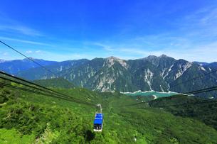 夏の立山ロープウェイと黒部湖に遊覧船の写真素材 [FYI04606289]
