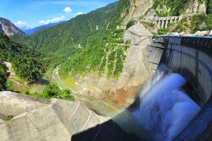 夏の立山 黒部ダム観光放水と虹の写真素材 [FYI04606290]