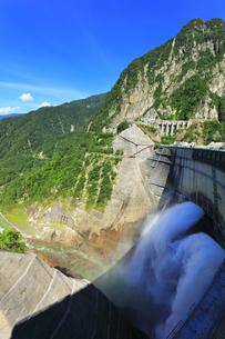 夏の立山 黒部ダム観光放水の写真素材 [FYI04606291]