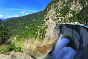 夏の立山 黒部ダム観光放水に虹の写真素材 [FYI04606292]