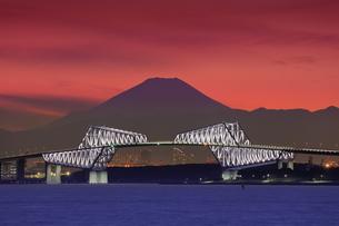 富士山とゲートブリッジの夜景の写真素材 [FYI04606329]