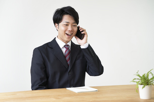 電話をする元気の良い男子の就活生の写真素材 [FYI04606345]