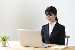 パソコンでオンライン面接をする女子の就活生の写真素材 [FYI04606352]