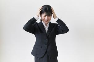 頭を抱える女子の就活生の写真素材 [FYI04606373]
