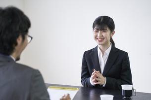 面接官と会話する女子の就活生の写真素材 [FYI04606392]