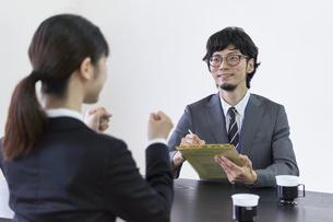 女子の就活生を面接する男性の面接官の写真素材 [FYI04606398]