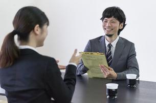 女子の就活生を面接する男性の面接官の写真素材 [FYI04606403]