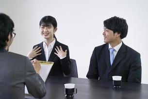 集団面接で面接官と会話をする女子の就活生の写真素材 [FYI04606406]