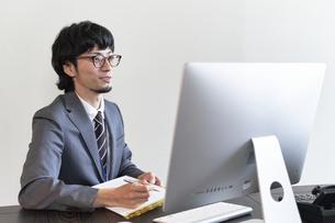 パソコンでのオンライン面接を行う男性の面接官の写真素材 [FYI04606423]