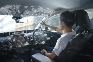 自動運転車に乗る男性の写真素材 [FYI04606425]