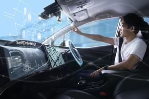 自動運転車に乗る男性の写真素材 [FYI04606429]