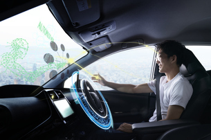 自動運転車に乗る男性の写真素材 [FYI04606431]