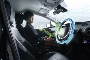 自動運転車に乗る男性の写真素材 [FYI04606432]