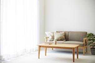 ソファとテーブルが置かれた部屋の写真素材 [FYI04606433]