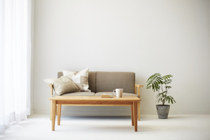 ソファとテーブルが置かれた部屋の写真素材 [FYI04606435]