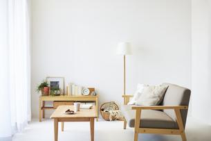 ソファとテーブルが置かれた部屋の写真素材 [FYI04606445]