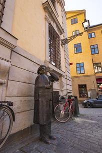 スウェーデン、ストックホルムのガムラスタンにあるエヴェルト・タウベの記念碑の写真素材 [FYI04606458]
