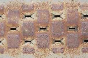 錆びてボロボロの鉄板の写真素材 [FYI04606498]