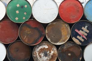 積み重なったカラフルなドラム缶の写真素材 [FYI04606504]