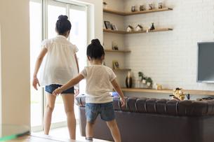 リビングで遊ぶ姉妹の写真素材 [FYI04606598]