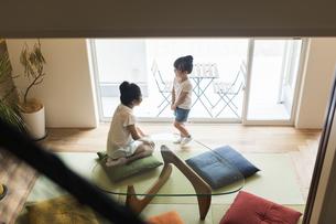 和室で遊ぶ姉妹の写真素材 [FYI04606599]