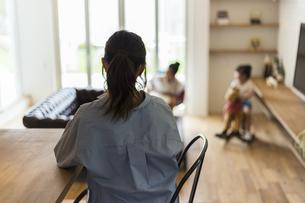 子供を見守る母親の後ろ姿の写真素材 [FYI04606602]