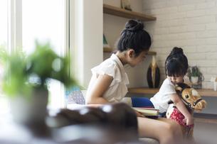 リビングで遊ぶ姉妹の写真素材 [FYI04606603]