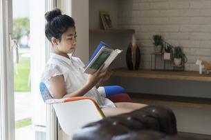 読書をする女の子の写真素材 [FYI04606605]