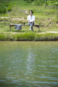 釣りを楽しむビジネスマンの写真素材 [FYI04606620]