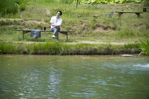 釣りを楽しむビジネスマンの写真素材 [FYI04606623]