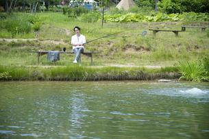 釣りを楽しむビジネスマンの写真素材 [FYI04606625]