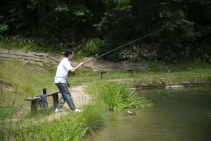 釣りを楽しむビジネスマンの写真素材 [FYI04606636]
