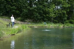 釣りを楽しむビジネスマンの写真素材 [FYI04606641]