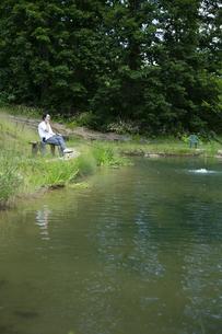 釣りを楽しむビジネスマンの写真素材 [FYI04606645]