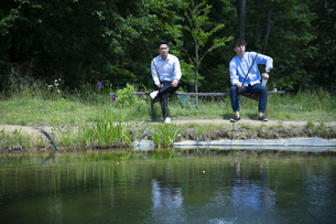 釣りをする若い男性たちの写真素材 [FYI04606648]