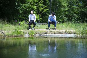 釣りをする若い男性たちの写真素材 [FYI04606650]