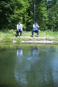 釣りをする若い男性たちの写真素材 [FYI04606652]