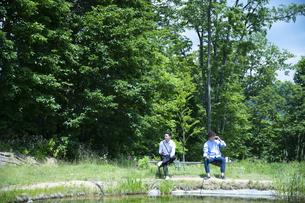 釣りをする若い男性たちの写真素材 [FYI04606656]