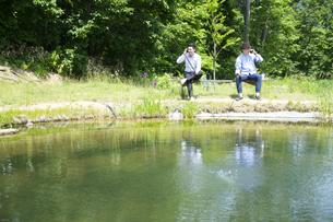 釣りをする若い男性たちの写真素材 [FYI04606658]