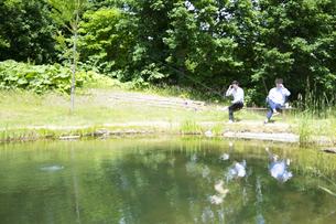 釣りをする若い男性たちの写真素材 [FYI04606661]