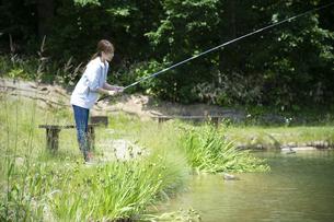 釣りを楽しむ若い女性の写真素材 [FYI04606663]