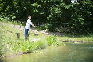 釣りを楽しむ若い女性の写真素材 [FYI04606664]