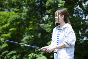 釣りを楽しむ若い女性の写真素材 [FYI04606668]