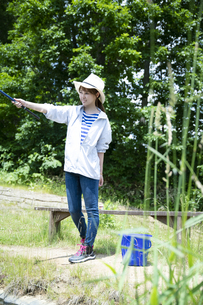 釣りを楽しむ若い女性の写真素材 [FYI04606671]