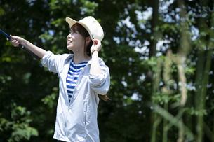 釣りを楽しむ若い女性の写真素材 [FYI04606672]
