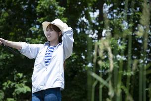 釣りを楽しむ若い女性の写真素材 [FYI04606673]