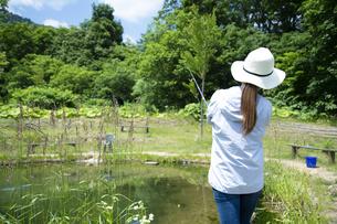 釣りを楽しむ若い女性の写真素材 [FYI04606675]