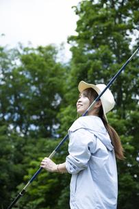釣竿を持つ若い女性の写真素材 [FYI04606677]