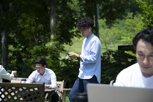 森の中で仕事をする男性の写真素材 [FYI04606691]
