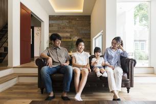 4人家族の団欒の様子の写真素材 [FYI04606699]
